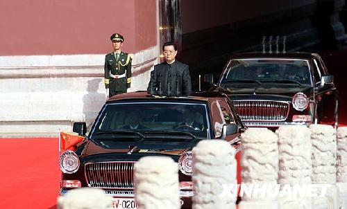 这是中共中央总书记、国家主席、中央军委主席胡锦涛乘的检阅车驶出天安门。新华社记者姚大伟摄
