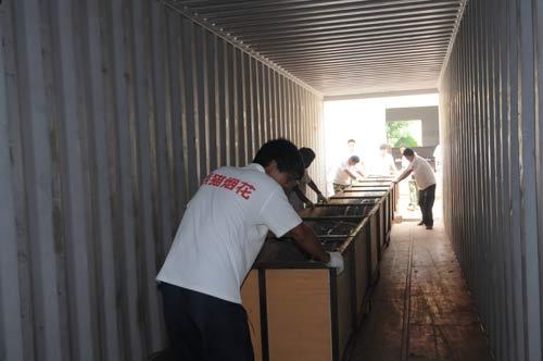 小火车 货柜 特制 推入 存放/将特制的存放网幕的小火车推入大货柜。