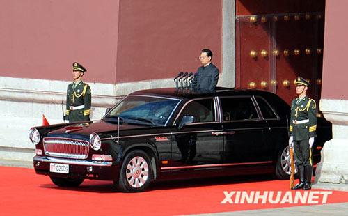 这是中共中央总书记、国家主席、中央军委主席胡锦涛乘检阅车驶出天安门城楼,准备检阅受阅部队。新华社记者 焦卫平摄