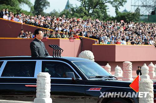 这是中共中央总书记、国家主席、中央军委主席胡锦涛乘的检阅车驶出天安门。新华社记者杨磊摄