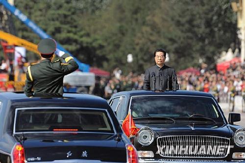 10月1日,首都各界庆祝中华人民共和国成立60周年大会在北京天安门广场隆重举行。这是国庆60周年阅兵总指挥、北京军区司令员房峰辉请中共中央总书记、国家主席、中央军委主席胡锦涛开始检阅受阅部队。陈建力摄
