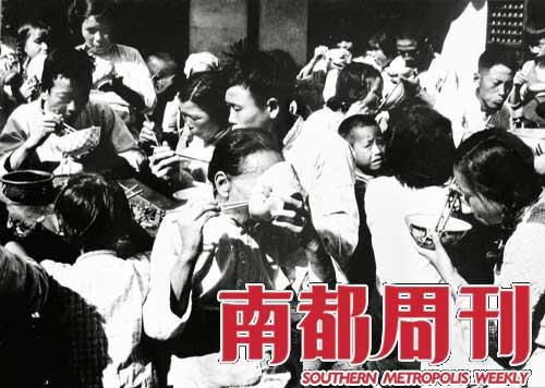 """吃个碗底朝天。20世纪50年代,上海松江,人民公社集体食堂社员在吃大锅饭。""""放开肚皮吃饭,鼓足干劲生产"""",成为一时间传遍大江南北的著名口号。这样的好日子没有持续多久,便遭遇了三年困难时期。     摄影 吴四一"""