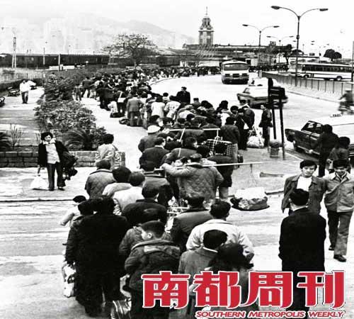 20世纪60年代初,三年自然灾害时期,香港同胞在尖沙咀火车站排起长队,