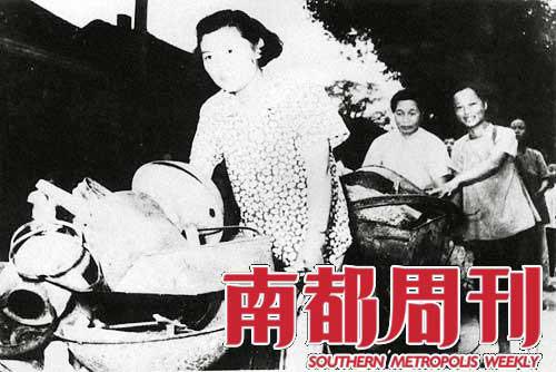 北京市民将家中的铁制品送去炼钢铁,为了支援国家建设,人们砸锅砸锁、