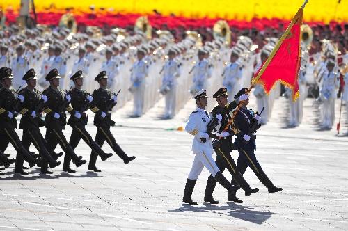 军仪仗队护卫着解放军军旗通过天安门广场