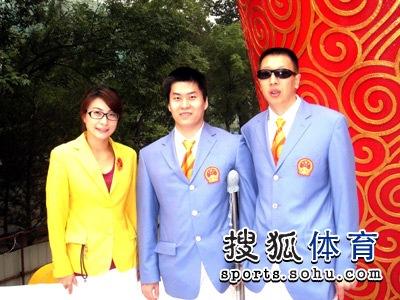 图文:国庆奥运冠军台前幕后 与郭晶晶合影