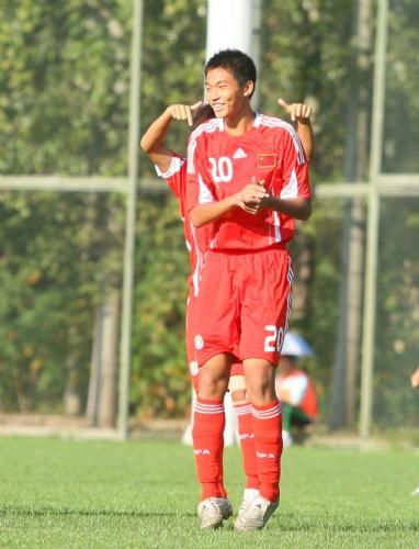 图文:[亚少赛]国少VS新加坡 陈汉庆祝进球