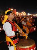 工人联欢区的联欢群众在表演威风锣鼓