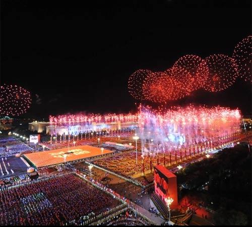 10月1日晚,首都各界庆祝中华人民共和国成立60周年联欢晚会在北京天安门广场举行。这是天安门广场上空的璀璨烟花。