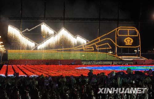 """这是""""雪域天路""""巨幅烟花画。 10月1日,首都各界庆祝中华人民共和国成立60周年联欢晚会在北京天安门广场举行。新华社记者李晓果摄"""