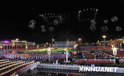 """这是烟花在天安门上空绘出""""60""""的图案祝福祖国。新华社记者郭大岳摄"""