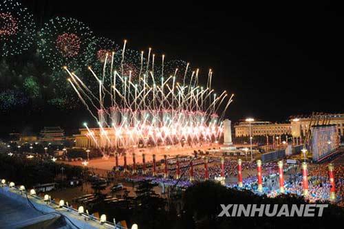 这是烟花表演。10月1日,首都各界庆祝中华人民共和国成立60周年联欢晚会在北京天安门广场举行。新华社记者李钢摄