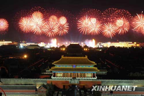 这是焰火表演。新华社记者罗晓光摄