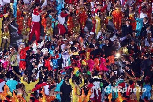 10月1日晚,庆祝中华人民共和国成立60周年联欢晚会在北京天安门广场举行,中共中央总书记、国家主席、中央军委主席胡锦涛等党和国家领导人与民同乐。中新社发 富田 摄