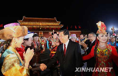 10月1日,首都各界庆祝中华人民共和国成立60周年联欢晚会在北京天安门广场举行。这是中共中央总书记、国家主席、中央军委主席胡锦涛走出天安门城楼,来到群众中间。新华社记者 兰红光 摄