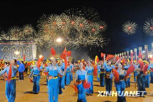 10月1日,首都各界庆祝中华人民共和国成立60周年联欢晚会在北京天安门广场举行。这是演员在天安门广场上表演节目。 新华社记者 王颂摄