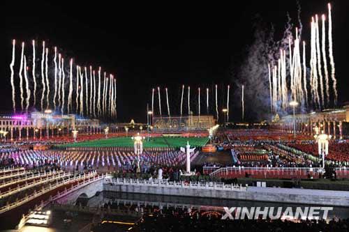 """这是60支""""烛光""""烟花为祖国祝福。10月1日晚,首都各界庆祝中华人民共和国成立60周年联欢晚会在北京天安门广场举行。新华社记者郭大岳摄"""