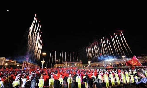 10月1日,首都各界庆祝中华人民共和国成立60周年联欢晚会在北京天安门广场举行。新华社记者 丁林 摄