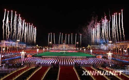 """这是晚会现场燃放60支""""烛光""""烟花为祖国祝福。 新华社记者鞠鹏摄"""