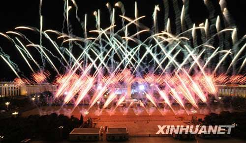 这是天安门广场燃放烟花。10月1日,首都各界庆祝中华人民共和国成立60周年联欢晚会在北京天安门广场举行。新华社记者 戴旭明摄