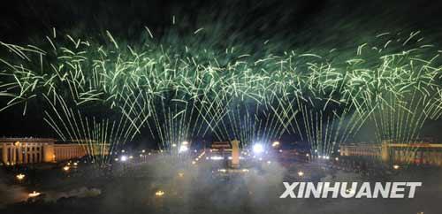 这是天安门广场燃放烟花。新华社记者 戴旭明摄