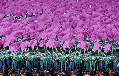 """这是联欢晚会上的""""光立方""""表演。 新华社记者郭大岳摄"""