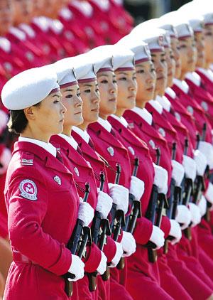 女子民兵队接受检阅。