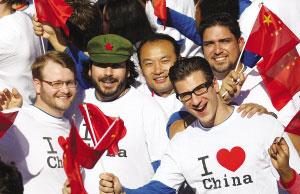 """老外穿上""""我爱中国""""字样的T恤。"""