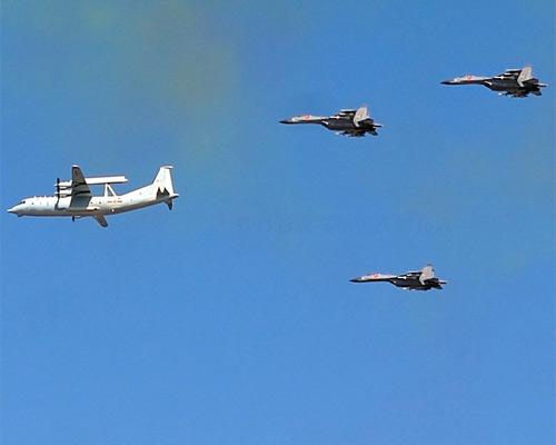 空警-200与空军某航空兵师的6架歼-11组成两个楔队从天安门广场飞过