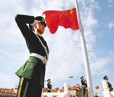 鲜艳的五星红旗在天安门广场迎风飘扬. 新华社记者 王毓国摄