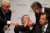 图文:巴西总统泪洒发布会 卢拉轻捂手背