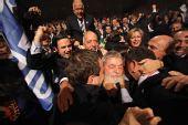 图文:巴西申奥成功一片欢腾 总统拥抱工作人员