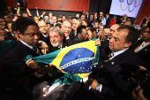 图文:巴西申奥成功一片欢腾 众人舞动巴西国旗