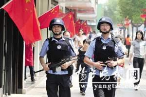 国庆期间,南京每天都有大量市民和外地游客涌上街头,享受假日生活。为此,南京警方投入大量警力24小时带枪在街头巡逻。图为巡逻在全国文明一条街——湖南路上的鼓楼公安分局民警。