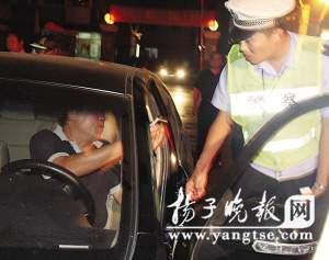 民警将刘某车拦下。 郭一鹏 摄