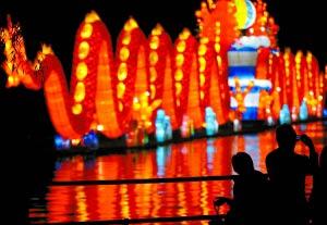 昨日是中秋节,众多北京市民和游客纷纷来到各大公园,赏彩灯、度佳节。图为游客在龙潭公园观赏彩灯。新华社记者 公 磊摄
