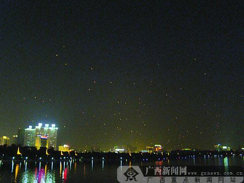 中秋之夜,南湖公园内燃放的孔明灯如飞蝗一般。