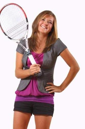 图文:拉德万斯卡姐妹写真 姐姐持球拍笑容灿烂