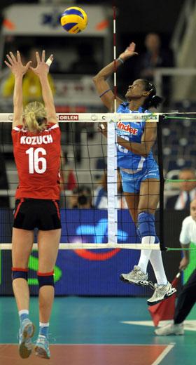 图文:欧锦赛意大利女排3-1德国 阿奎罗扣球
