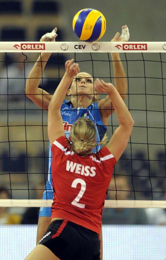 图文:欧锦赛意大利女排3-1德国 排球悬于网上