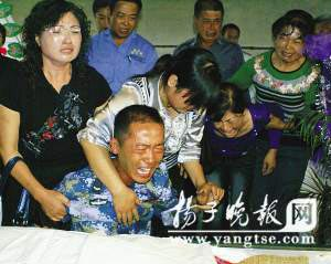 在父亲遗体前,王震痛哭失声。