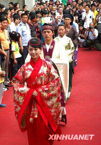 汉服爱好者正在夫子庙前表演(10月4日摄)。