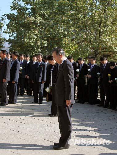 10月5日,正在朝鲜访问的中共中央政治局常委、国务院总理温家宝前往朝鲜平安南道桧仓郡,凭吊位于这里的中国人民志愿军烈士陵园。这里是朝鲜规模最大、保存最完整的志愿军烈士陵园,包括毛岸英在内的134名志愿军烈士长眠于此。中新社发周兆军摄