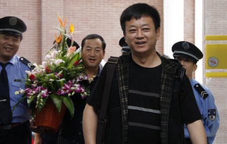 5日上午,朱军带着花篮看望赵本山,一聊就是两个多小时