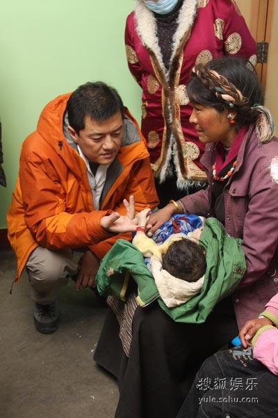 李亚鹏探望9个月大的患儿