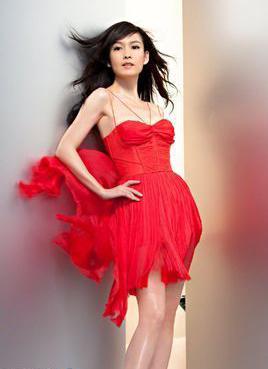 周慧敏早前在最新广告片着薄纱红裙大秀美腿