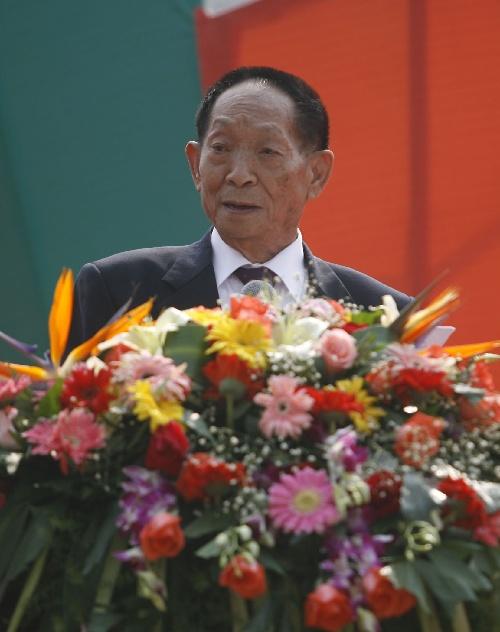 袁隆平爷爷农历90岁生日前理发还和店主合了影