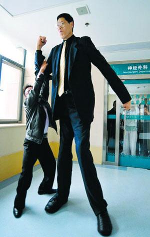 身高2.46米的中国第一巨人赵亮。