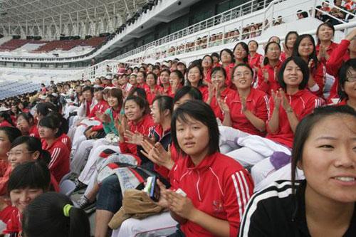 图文:十一运会开幕式演员 集体观看国庆阅兵-搜