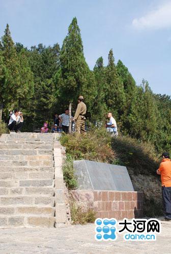 游人在郭亮穿日军军服拍照